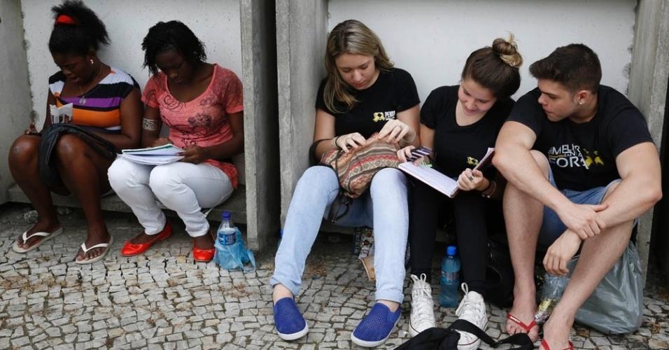 8.nov.2014 - Candidatos aguardam o início do primeiro dia de provas do Enem 2014 em local de prova no Rio de Janeiro