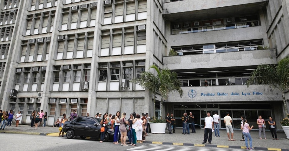 8.nov.2014 - Candidatos chegam para o primeiro dia de provas do Enem (Exame Nacional do Ensino Médio) 2014 na Uerj (Universidade do Estado do Rio de Janeiro), um dos maiores locais de prova da capital fluminense