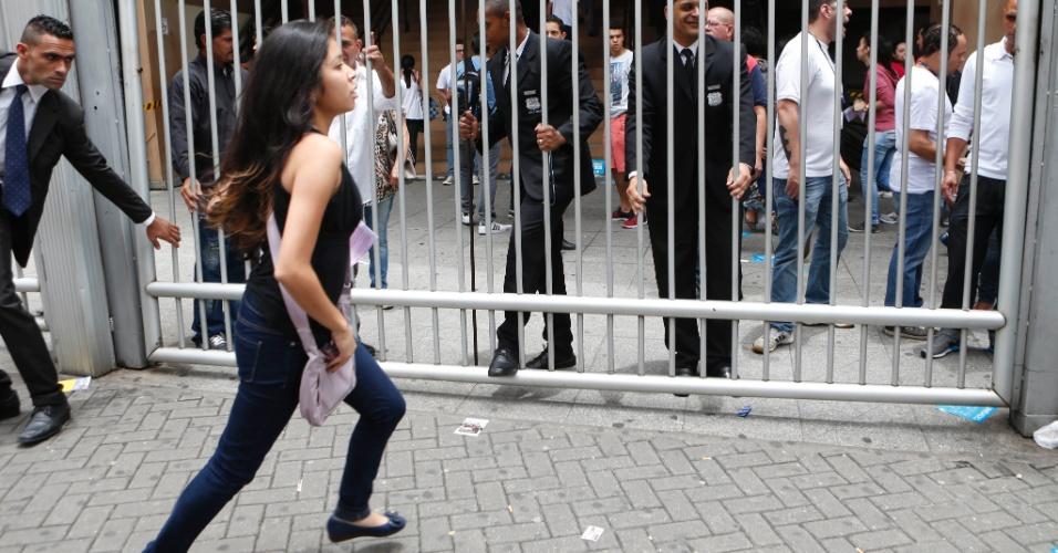8.nov.2014 - Candidatos correm para não perder o primeiro dia de provas do Enem 2014 em local de prova na Barra Funda, em São Paulo (SP)