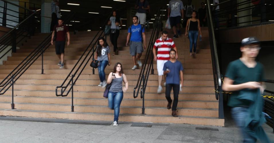 8.nov.2014 - Candidatos deixam o prédio da Uninove, na Barra Funda (capital paulista), depois do primeiro dia de prova do Enem 2014