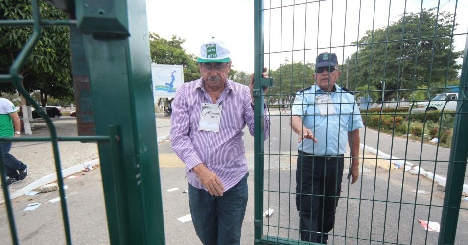 8.nov.2014 - Candidatos do Enem 2014 correm antes de fecharem os portões na entrada no campus da Uece (Universidade Estadual do Ceará), no bairro Itapery, em Fortaleza