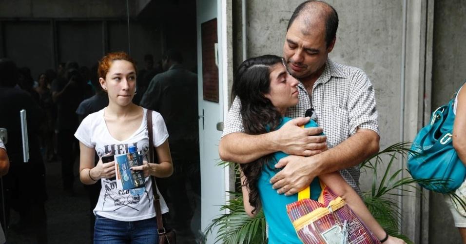 8.nov.2014 - Carlos Mattos, 45, se despede da filha, Ariadne Mattos, 17, qeu vai fazer as provas do Enem 2014 para tentar cursar economia