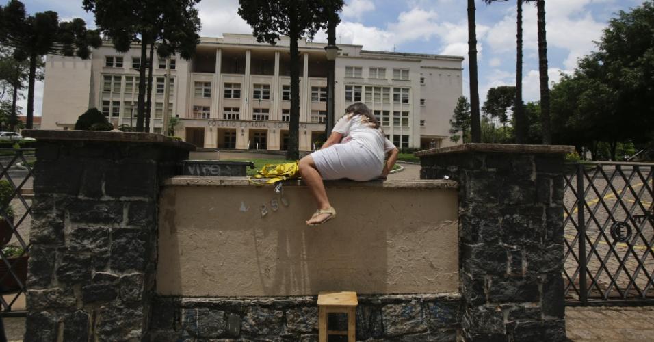 8.nov.2014 - Caroline de Carvalho, 18, a caminho do terceiro mês de gravidez, pulou o muro de aproximadamente dois metros do Colégio Estadual do Paraná, em Curitiba, após chegar atrasada para a prova do Enem 2014. Ela foi barrada por um segurança e saiu escoltada do local