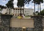 Atrasada para o Enem, grávida pula muro e sai escoltada - Daniel Castellano/Agência de Notícias Gazeta do Povo/Estadão Conteúdo
