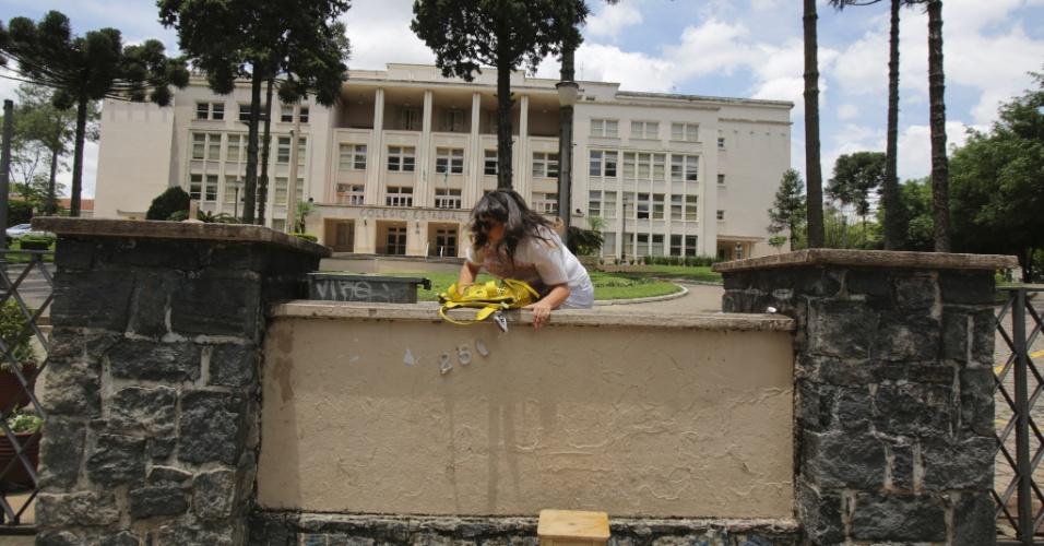 8.nov.2014 - Caroline de Carvalho, 18, a caminho do terceiro mês de gravidez, pulou o muro de aproximadamente dois metros do Colégio Estadual do Paraná, em Curitiba, após chegar atrasada para a prova do Enem 2014. Ela foi barrada por um segurança e saiu escoltada