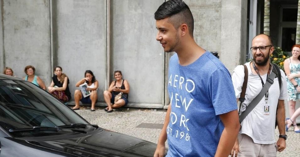 8.nov.2014 - Diego dos Santos, 20, foi o primeiro candidato a sair da Uerj (Universidade do Estado do Rio de Janeiro) no primeiro dia de provas do Enem 2014