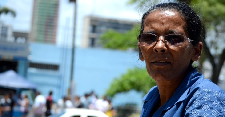"""8.nov.2014 - Dona Maria José dos Santos, 51, vai ficar esperando seu filho terminar a prova do Enem 2014, neste sábado (08), por conta de ser o primeiro vestibular do garoto: """"Estou rezando muito para que ele faça uma boa prova"""""""