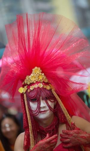 8.nov.2014 - Drag queen caminha pelas ruas de Hong Kong durante a Parada do Orgulho Gay, neste sábado (8). Quase duas mil pessoas marcharam de Victoria Park até o Almirantado em Tamar Park, carregando bandeiras com as cores do arco-íris, símbolo da causa LGBT