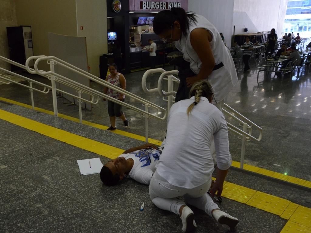 8.nov.2014 - Eliésio Pereira Júnior, 34, desmaiou nas escadarias do Colégio Objetivo, em São Paulo, por não ter conseguido entrar para fazer a prova do Enem (Exame Nacional de Ensino Médio) 2014. O candidato chegou correndo, alguns segundos atrasados, mas não conseguiu entrar. Ele sentou nas escadarias em frente à porta fechada e depois de alguns segundos desmaiou. Enfermeiras do colégio foram chamadas e comprovaram que sua pressão e oxigenação estava baixíssima. Depois de alguns minutos, elas conseguiram reanimá-lo e ele voltou ao normal. Eliésio disse ser morador do bairro da Pedreira, atrás do Shopping Interlagos, na zona sul de São Paulo e afirmou que, por causa da Fórmula 1, em Interlagos, demorou horas pra conseguir atravessar a cidade
