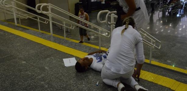 SP: Jovem desmaia em escadaria de colégio após correria para prova - J. Duran Machfee/Estadão Conteúdo