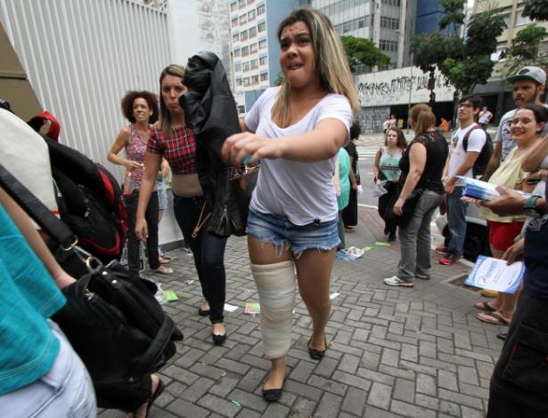 8.nov.2014 - Estudante com a perna machucada corre para chegar ao local de prova do Enem 2014, na capital paulista, antes do fechamento dos portões
