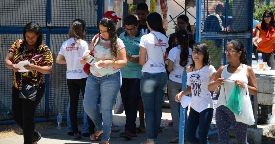 8.nov.2014 - Estudantes chegam para o primeiro dia de provas do Enem (Exame Nacional do Ensino Médio) 2014 no Cepa (Centro Educacional de Pesquisas Aplicadas), em Maceió