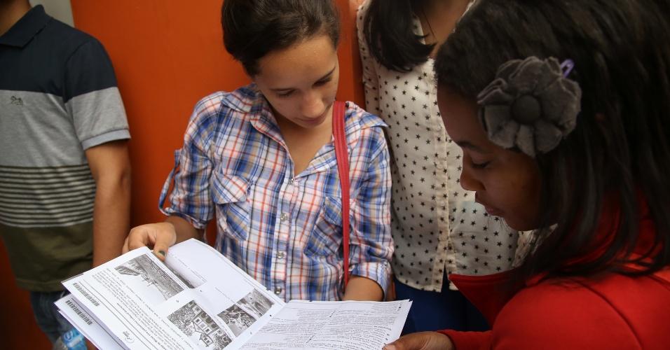 8.nov.2014 - Estudantes esperaram até as 17h para sair com o caderno de questões deste primeiro dia do Enem (Exame Nacional do Ensino Médio) 2014 na faculdade Anhanguera, na Vila Maria, capital paulista