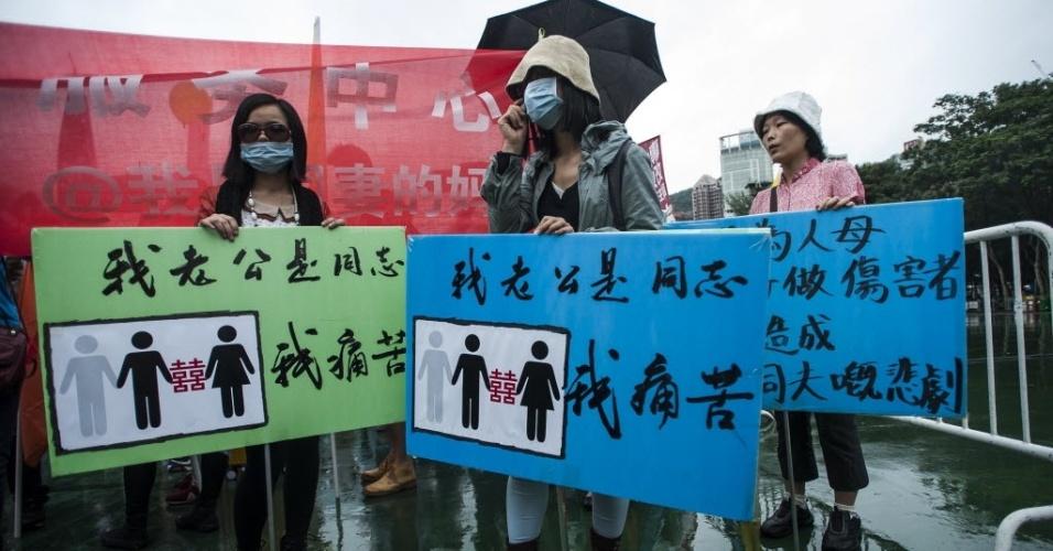 8.nov.2014 - Manifestantes protestam contra a homossexualidade durante a parada gay de Hong Kong, na China, neste sábado (8). Cerca de 2.000 pessoas participavam da parada gay em clima de celebração no Victoria Park