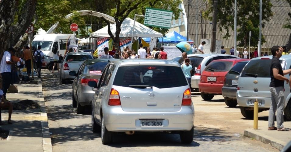 8.nov.2014 - Movimentação de carros é intensa dentro do Cepa (Complexo Educacional de Pesquisas Aplicadas), em Maceió, por causa do primeiro dia de provas do Enem (Exame Nacional do Ensino Médio) 2014