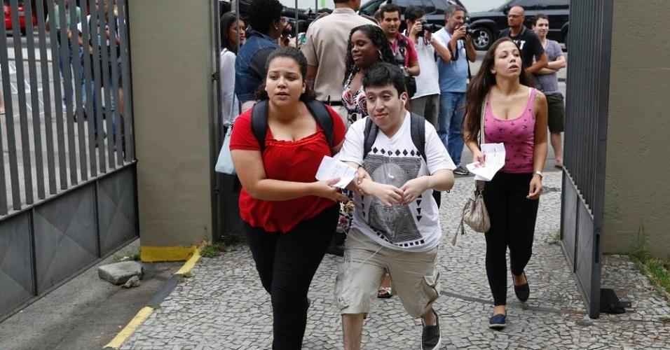 8.nov.2014 - Na Uerj (Universidade do Estado do Rio de Janeiro), candidatos correm para não perder o primeiro dia de prova do Enem (Exame Nacional do Ensino Médio) 2014