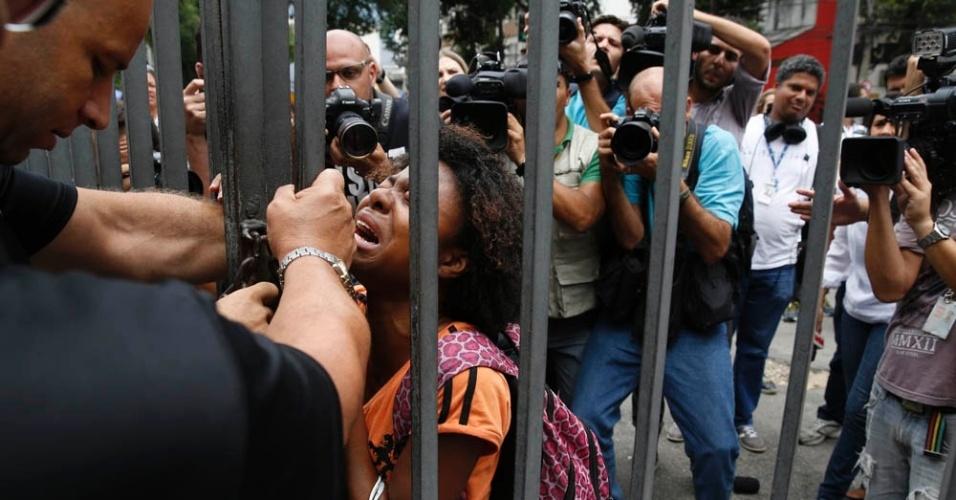 8.nov.2014 - No Rio de Janeiro, Amanda Alli se desespera com o fechamento dos portões na Uerj (Universidade do Estado do Rio de Janeiro), no primeiro dia de provas do Enem 2014. Ela tem 19 anos e faria prova para jornalismo
