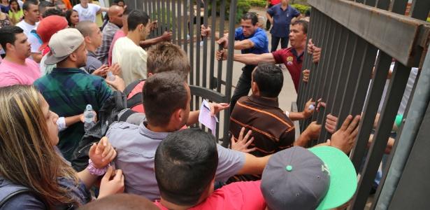 Após o fechamento dos portões, candidatos tentam invadir local de prova em São Bernardo (SP) - Andris Bovo/ABCD Maior/Estadão Conteúdo