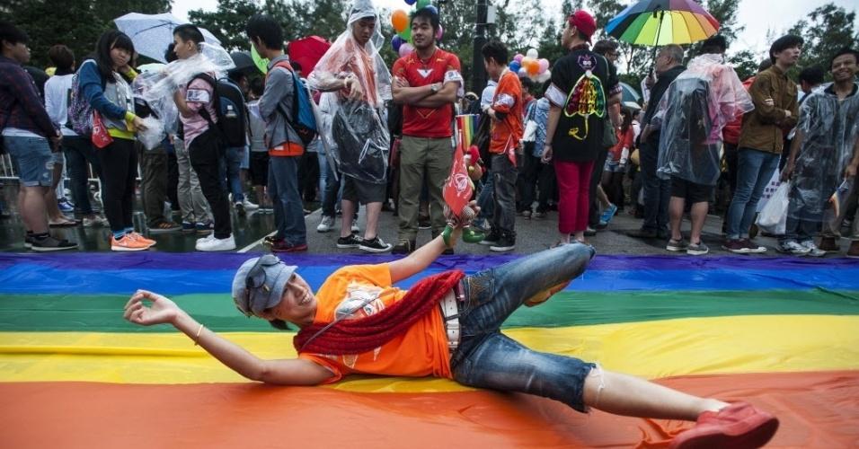 8.nov.2014 - Parada gay em Hong Kong reúne cerca de 2.000 pessoas no Victoria Park neste sábado (8). Mesmo na chuva, as ruas da cidade foram tomadas por pessoas vestidas de drags, enroladas em bandeiras de arco-íris ou vestidas com roupas coloridas para celebrar o orgulho gay na cidade chinesa