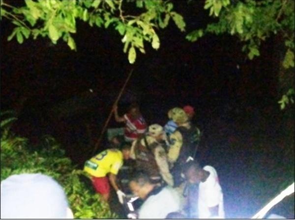 8.nov.2014 - Sete pessoas morreram, entre elas uma criança, e 28 ficaram feridas em um acidente envolvendo um ônibus na BR-101, próximo à cidade de Itapebi, no sul da Bahia. O ônibus, que saiu de Ilhéus em direção a Porto Seguro, caiu no rio Jequitinhonha por volta das 20h30 desta sexta-feira (7)