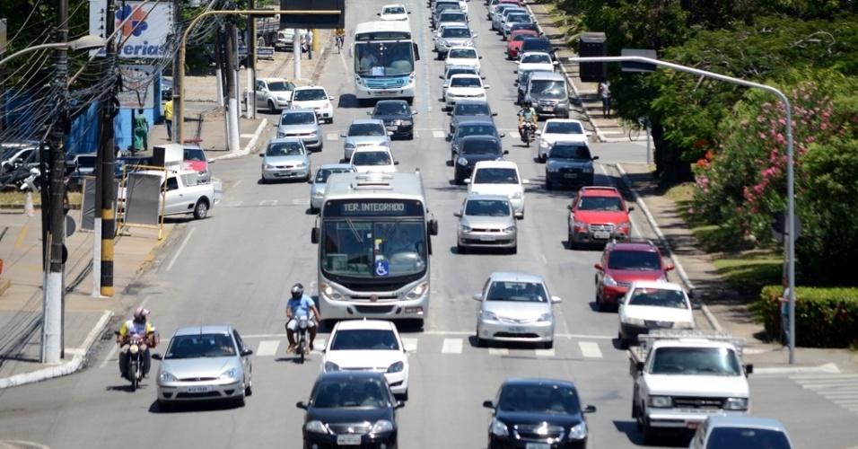8.nov.2014 - Trânsito na avenida Fernandes Lima, em Maceió, é intenso. Local fica no caminho para um dos locais de prova do Enem na cidade, o Cepa (Centro Educacional de Pesquisas Aplicadas)