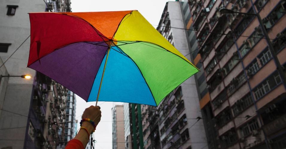 8.nov.2014 - Um participante da Parada do Orgulho Gay em Hong Kong segura um guarda-chuva com as cores do arco-íris neste sábado (8), na China. Integrantes das comunidades LGBT (lésbicas, gays, bissexuais e transgêneros) e simpatizantes marcharam pelas ruas do centro de Hong Kong para defender seus direitos civis