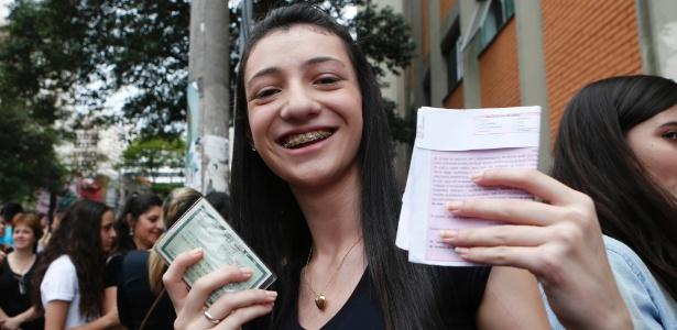Por engano, candidata joga RG e cartão de confirmação no lixo - Junior Lago/UOL