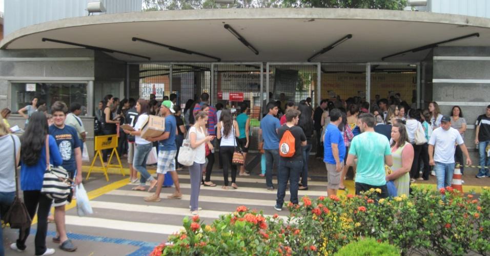 Candidatos que prestam o Enem (Exame Nacional do Ensino Médio) se aglomeram na entrada da Unaerp (Universidade de Ribeirão Preto) 50 minutos antes da abertura dos portões. O tempo está encoberto, o que amenizou a temperatura na cidade, famosa pelo calor