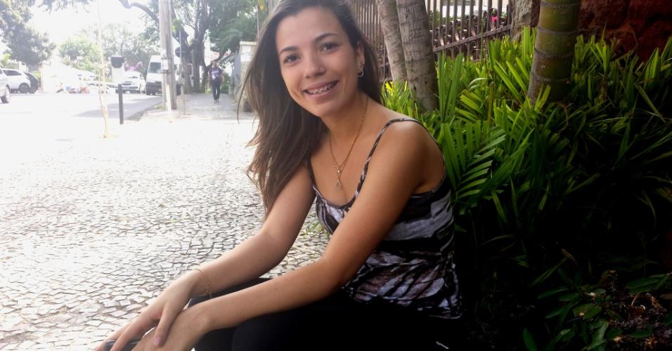 """Enem 2014: Cleópatra Soares Matos, 18, afirmou preferir chegar cedo a """"ficar de fora"""". Ela já estava por lá às 9h, tendo saído de casa às 7h30. """"Tem muita gente que vai fazer essa prova. Eu pensei, prefiro chegar cedo a ficar de fora"""", resumiu a candidata, que disse querer usar a nota do Enem para tentar uma vaga no curso de odontologia"""