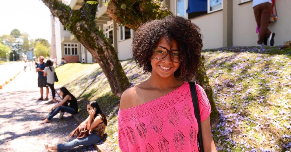 9.nov.2014 - A candidata Gabriele Reis, 17, aguarda o início do segundo dia de provas do Enem 2014 no Centro Politécnico da UFPR, em Curitiba
