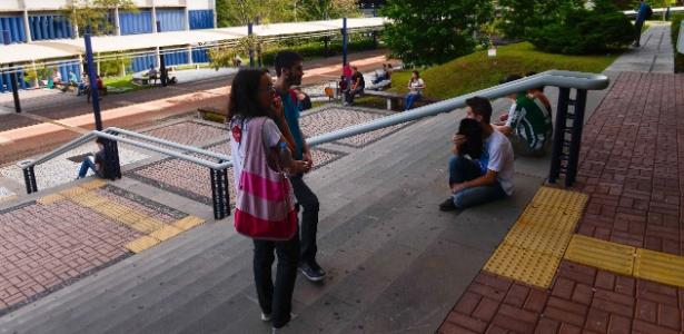 Candidatos aguardam amigos na saída do Enem 2014 em Curitiba - Lucas Pontes/UOL