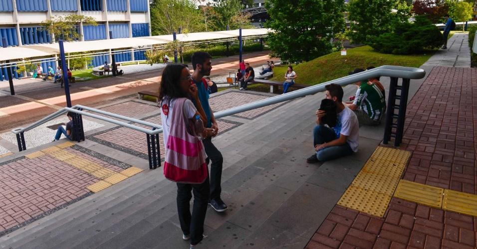9.nov.2014 - Alunos aguardam amigos após as provas do Enem 2014 na Universidade Positivo, em Curitiba