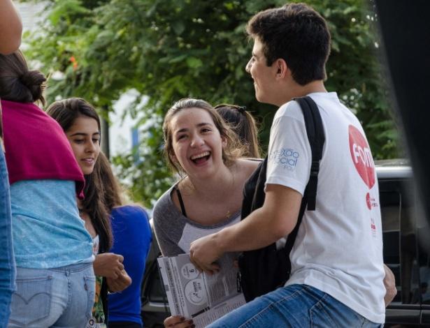 9.nov.2014 - Alunos que aguardaram para sair com os cadernos de prova do Enem 2014, no Centro Universitário de Franca, em Franca (SP), conversam sobre as questões do exame