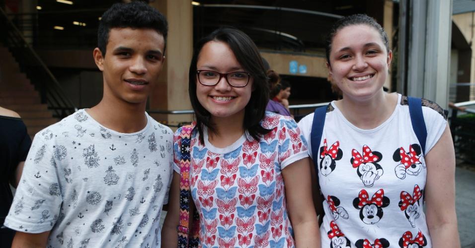 9.nov.2014 - Antonio Valber, 16, e as irmãs Denise de Castro,16, e Débora de Castro, 21, quer veterinária fizeram as provas do Enem 2014 na Uninove da Barra Funda, na capital paulista