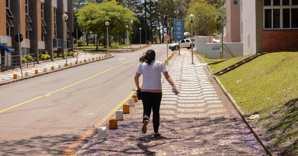 9.nov.2014 - Candidata corre, mas não consegue chegar a tempo para o segundo dia de prova do Enem 2014 no Centro Politécnico da UFPR, em Curitiba. Ela foi a única a chegar atrasada no local