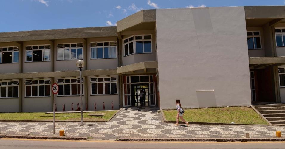 9.nov.2014 - Candidata é uma das últimas a chegar para o segundo dia de prova do Enem 2014 no Centro Politécnico da UFPR, em Curitiba