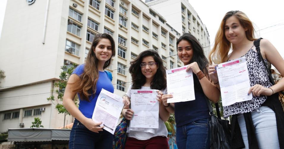 9.nov.2014 - Candidatas mostram cartão de inscrição do Enem (Exame Nacional do Ensino Médio) 2014 na PUC-Rio