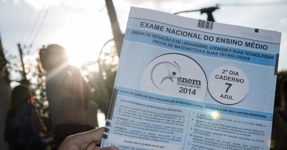 9.nov.2014 - Candidato mostra o caderno de prova do segundo dia do Enem 2014