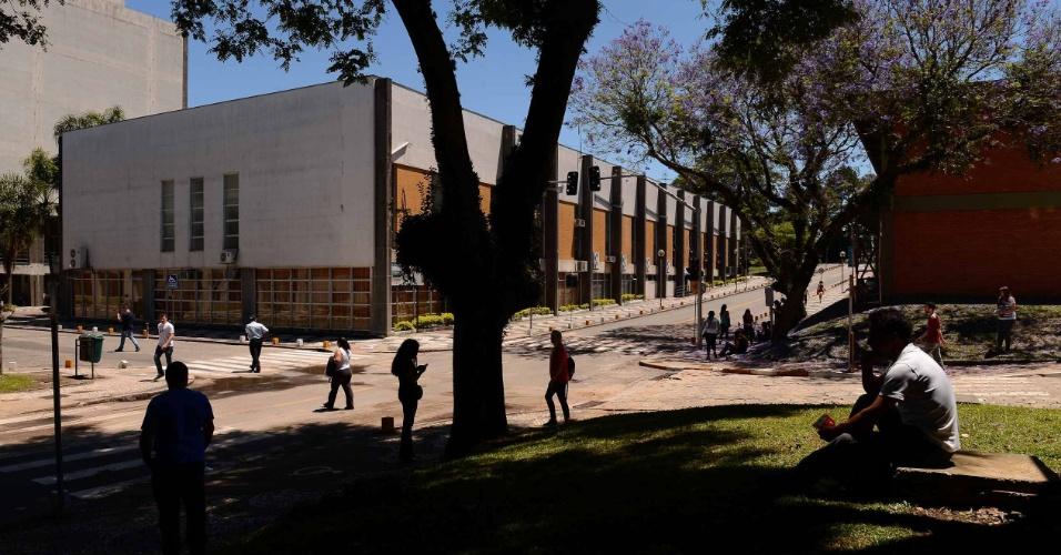 9.nov.2014 - Candidatos aguardam o início das provas do Enem (Exame Nacional do Ensino Médio) 2014 no Centro Politécnico da UFPR, em Curitiba