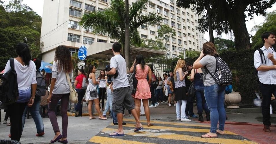 9.nov.2014 - Candidatos chegam à PUC-Rio para o segundo dia de prova do Enem (Exame Nacional do Ensino Médio) 2014. O exame começou às 13h