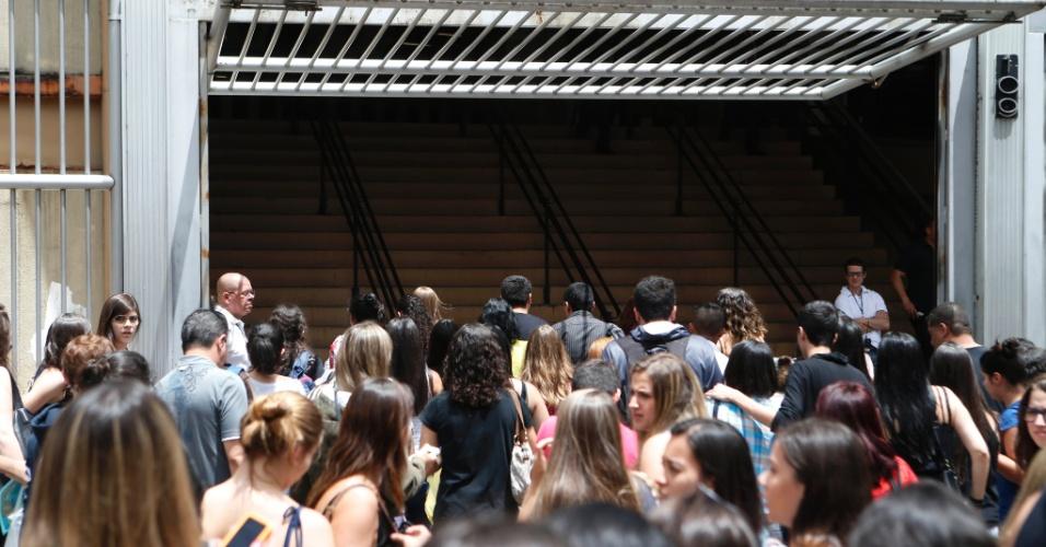 9.nov.2014 - Candidatos chegam ao prédio da Uninove, na Barra Funda (capital paulista), para o segundo dia de prova do Enem (Exame Nacional do Ensino Médio). Os portões abrem às 12h e o exame começa às 13h (horário de Brasília)