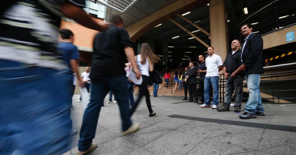 9.nov.2014 - Candidatos correm para não perder o segundo dia de prova do Enem (Exame Nacional do Ensino Médio) 2014 na Uninove da Barra Funda, na capital paulista. Os portões abrem às 12h e o exame começa às 13h (horário de Brasília)