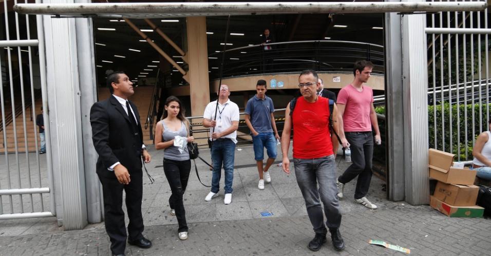 9.nov.2014 - Candidatos deixam o prédio da Uninove, na Barra Funda, em São Paulo (SP), depois do segundo e último dia de prova do Enem 2014