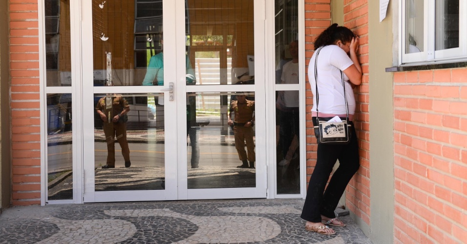 9.nov.2014 - Com cerca de dois minutos de atraso, candidata perde segundo dia de prova do Enem 2014 no Centro Politécnico da UFPR, em Curitiba. Ela foi a única a chegar atrasada no local