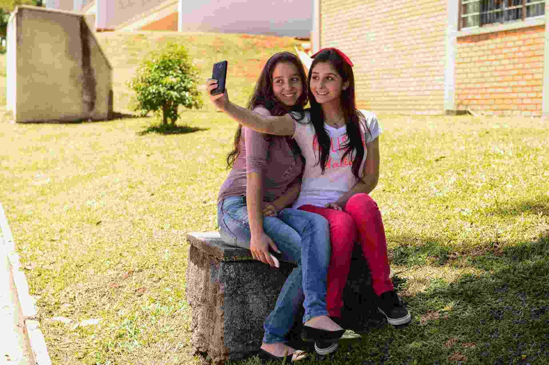 9.nov.2014 - Estudantes Mariana Mazoni, 16 anos e Marcela Firmino 16 anos, aguardam o inicio das provas fazendo selfie - Lucas Pontes/UOL