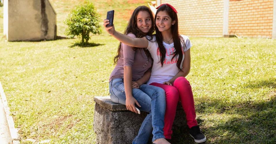9.nov.2014 - Estudantes Mariana Mazoni, 16 anos e Marcela Firmino 16 anos, aguardam o inicio das provas fazendo selfie