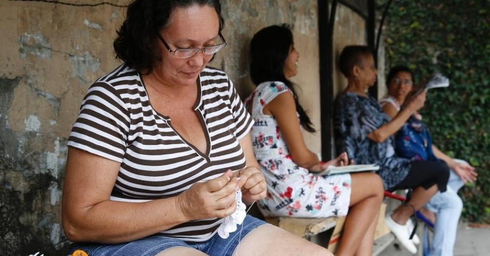 9.nov.2014 - Fátima Clemente, 49, faz crochê enquanto espera a filha sair da prova do Enem (Exame Nacional do Ensino Médio) 2014 na PUC-RJ, no Rio de Janeiro