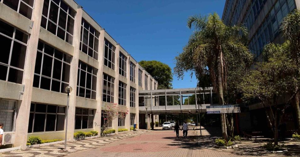 9.nov.2014 - Local de prova do Enem (Exame Nacional do Ensino Médio) 2014 em Curitiba, o Centro Politécnico da UFPR ainda estava vazio antes da abertura dos portões para o exame deste domingo