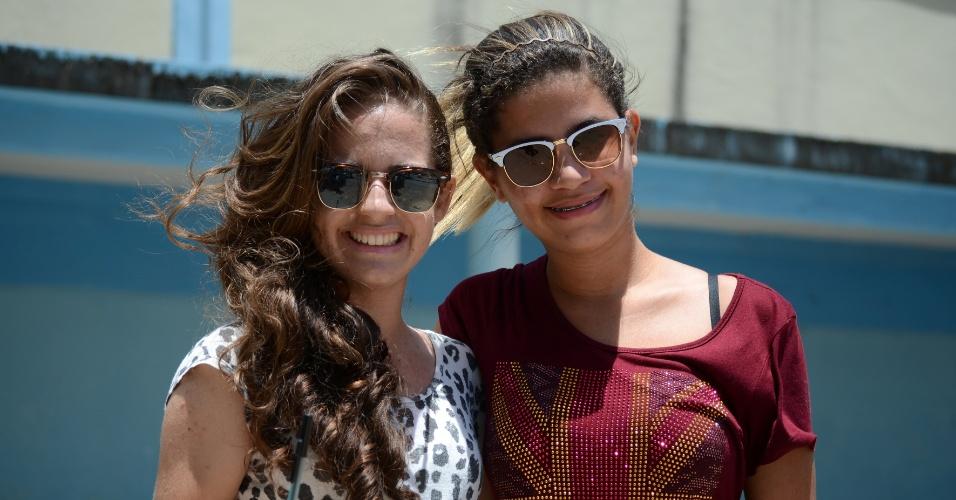 9.nov.2014 - Maryelle Correia, 16, e Mislaine Santos, 16, contam que entoaram hinos de igreja para ajudar na concentração durante a prova de sábado do Enem (Exame Nacional do Ensino Médio)