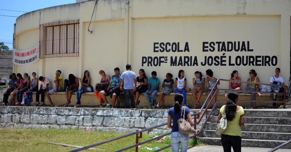 9.nov.2014 - Na Escola Estadual Maria José Loureiro, em Maceió, o movimento era tranquilo pouco antes do fechamento dos portões para o segundo dia de prova do Enem (Exame Nacional do Ensino Médio)